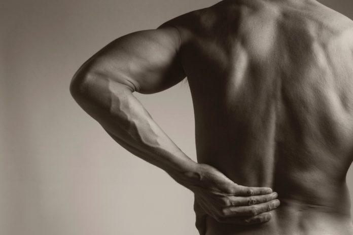 Mal di schiena lombare: cos'è, cause, sintomi e possibili cure