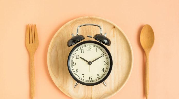 Dieta del digiuno serale: che cos'è, come funziona, cosa mangiare e controindicazioni