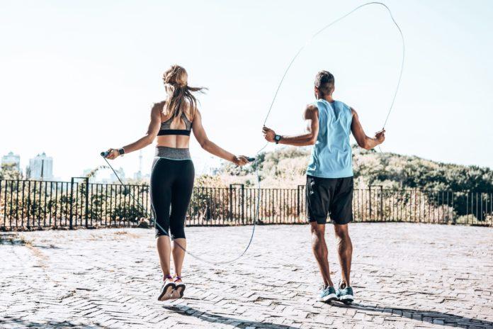Salto con la Corda: che cos'è, come fare, benefici, a cosa serve, quante calorie si bruciano e controindicazioni