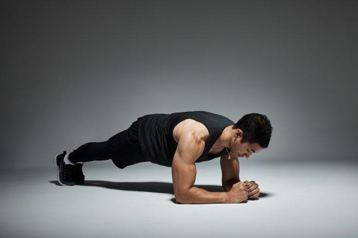 Plank: che cos'è, a cosa serve, come si effettua, benefici e controindicazioni