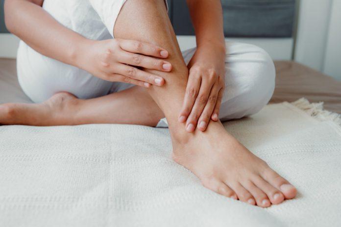 Formicolio alle gambe: che cos'è, cause, sintomi, diagnosi e possibili cure